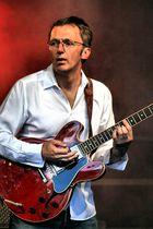 Rote Gitarre im roten Licht