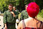 Rote Haare und Elvispolizist