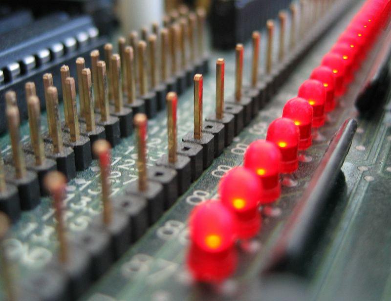 rote LEDs auf staubiger Platine