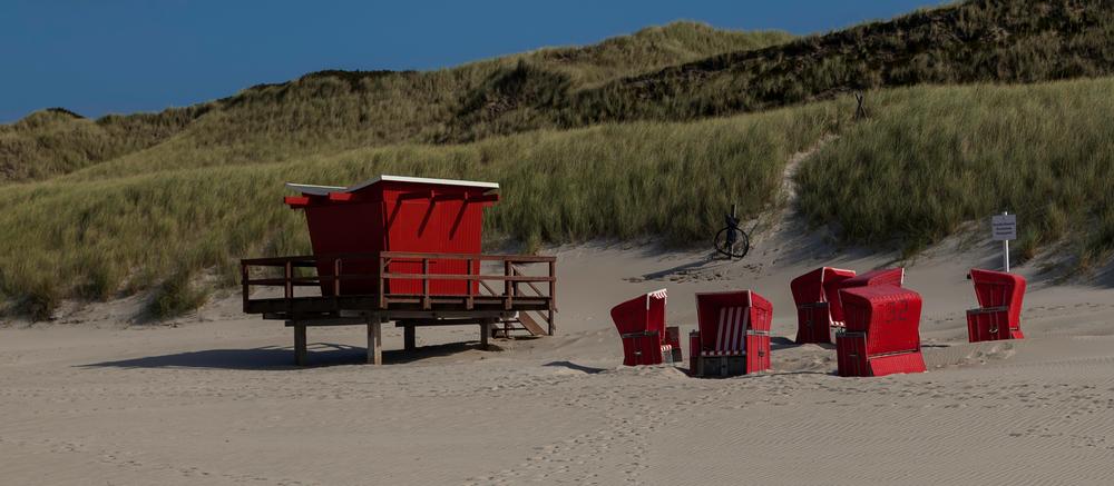 Rote Minderheit am Strand