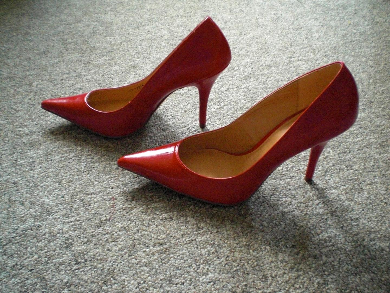 rote pumps bereit zum ausgehen foto bild fashion. Black Bedroom Furniture Sets. Home Design Ideas