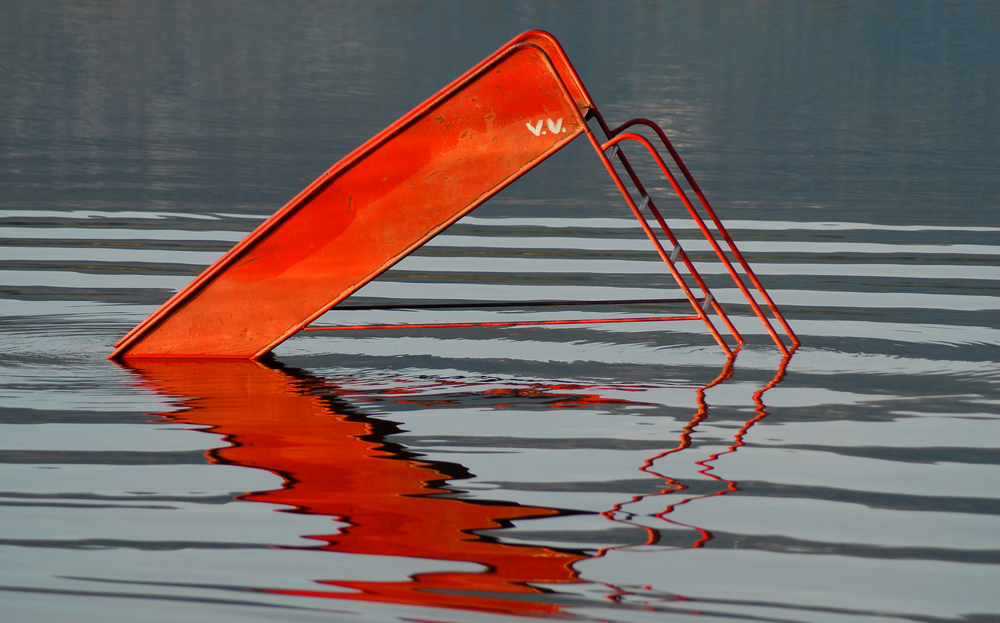 Rote Rutsche im See