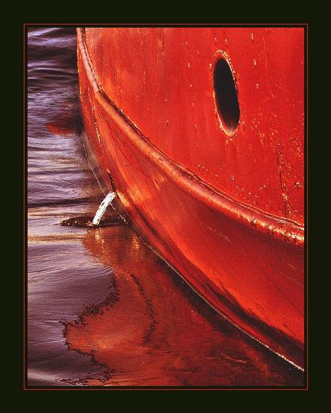 Rote Schönheit im Hafen