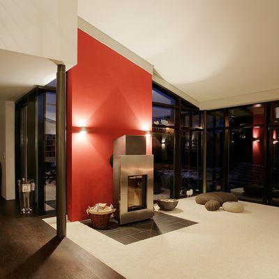 Rote Wandscheibe im modernen Einfamilienhaus