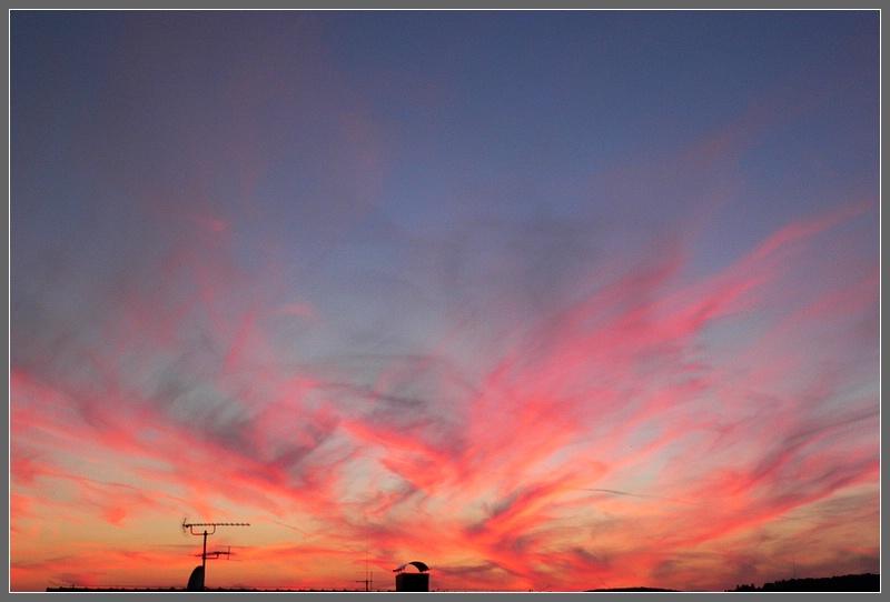 Rote Wolkenschlieren
