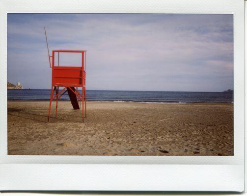 Roter Aussichtsturm am Strand