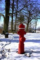 Roter Mann im Schnee