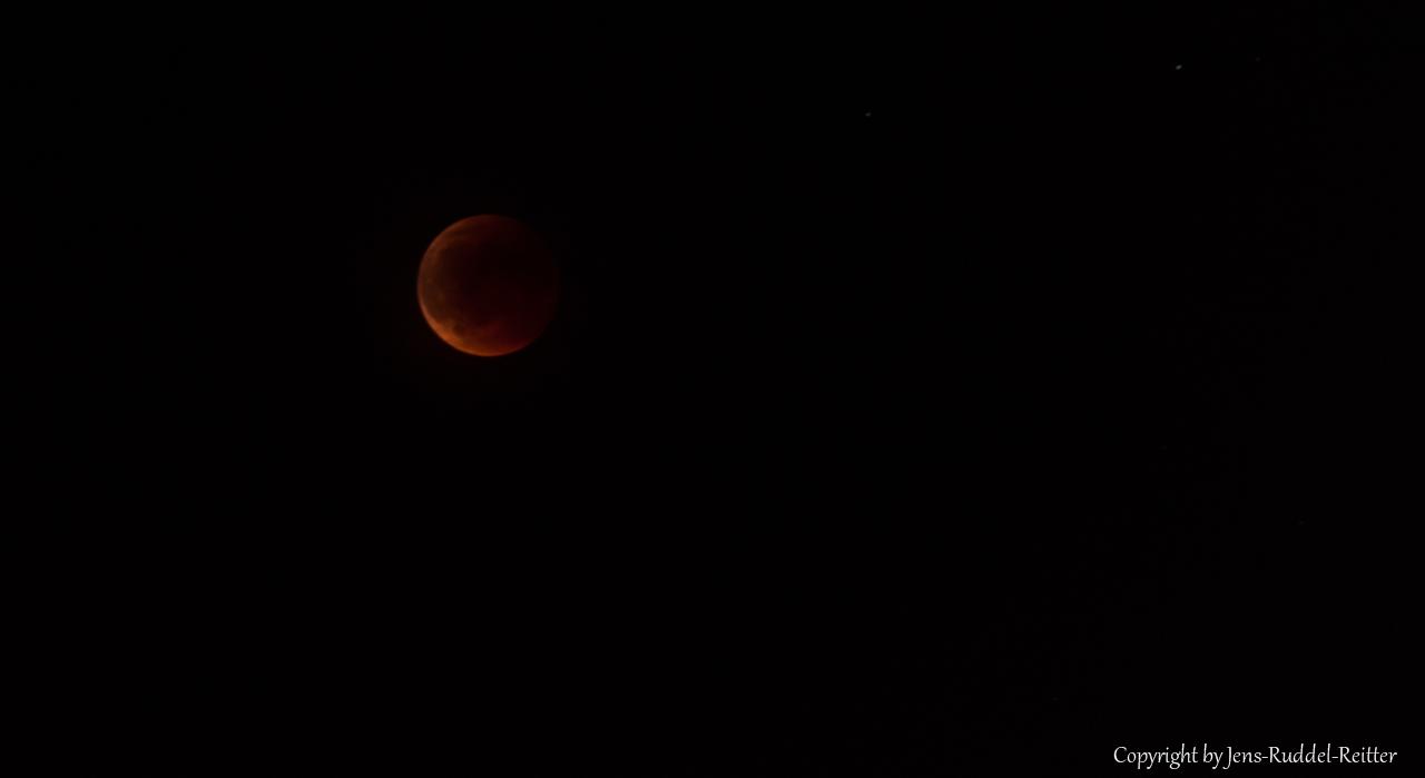 Roter Mond aus Sicht der Nürnberger Kaiserburg