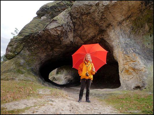 roter Schirm vor schwarzem Loch