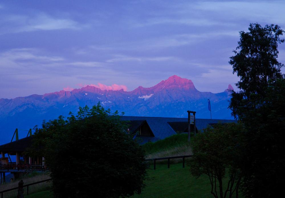 Roter Sonnenuntergang in den Bergen der Schweiz