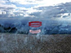 Roter Stuhl im blauen Dunst
