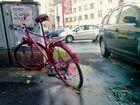 rotes Fahrrad im Regen