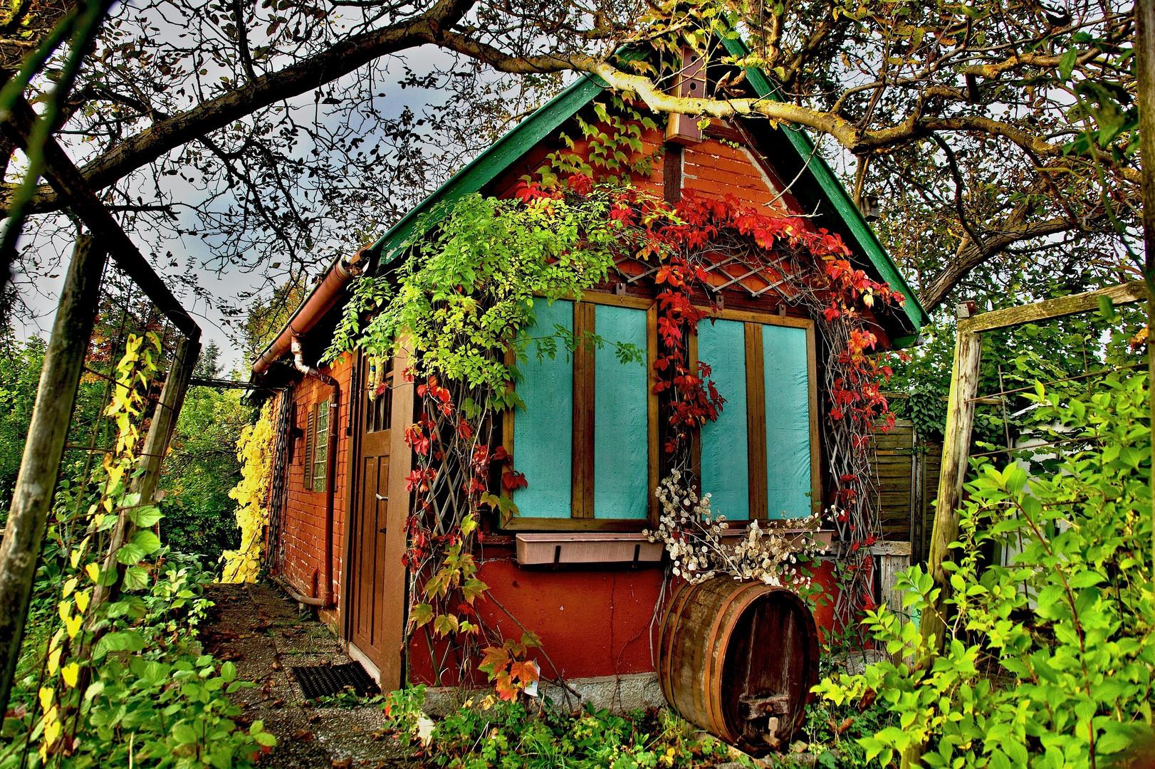Rotes Gartenhäusle im Grünen