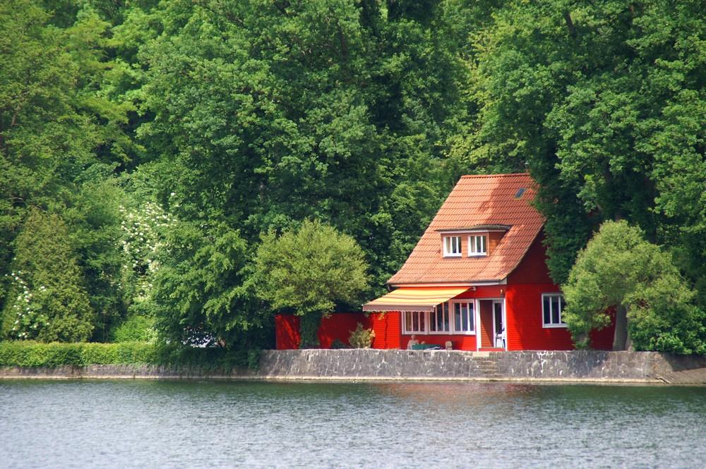 rotes haus im gr nen foto bild deutschland europe nordrhein westfalen bilder auf. Black Bedroom Furniture Sets. Home Design Ideas