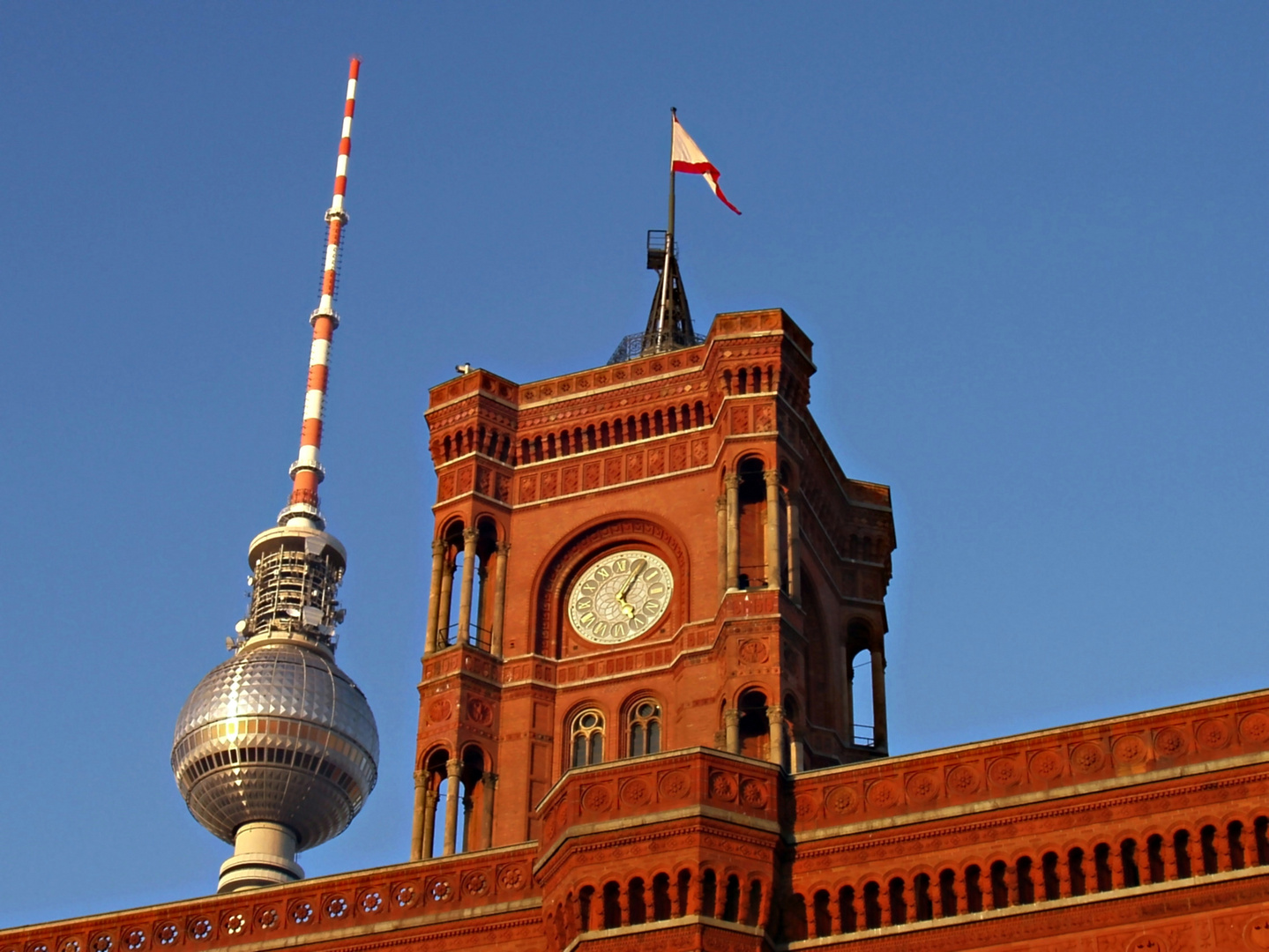 rotes rathaus in berlin mit fernsehturm foto bild. Black Bedroom Furniture Sets. Home Design Ideas