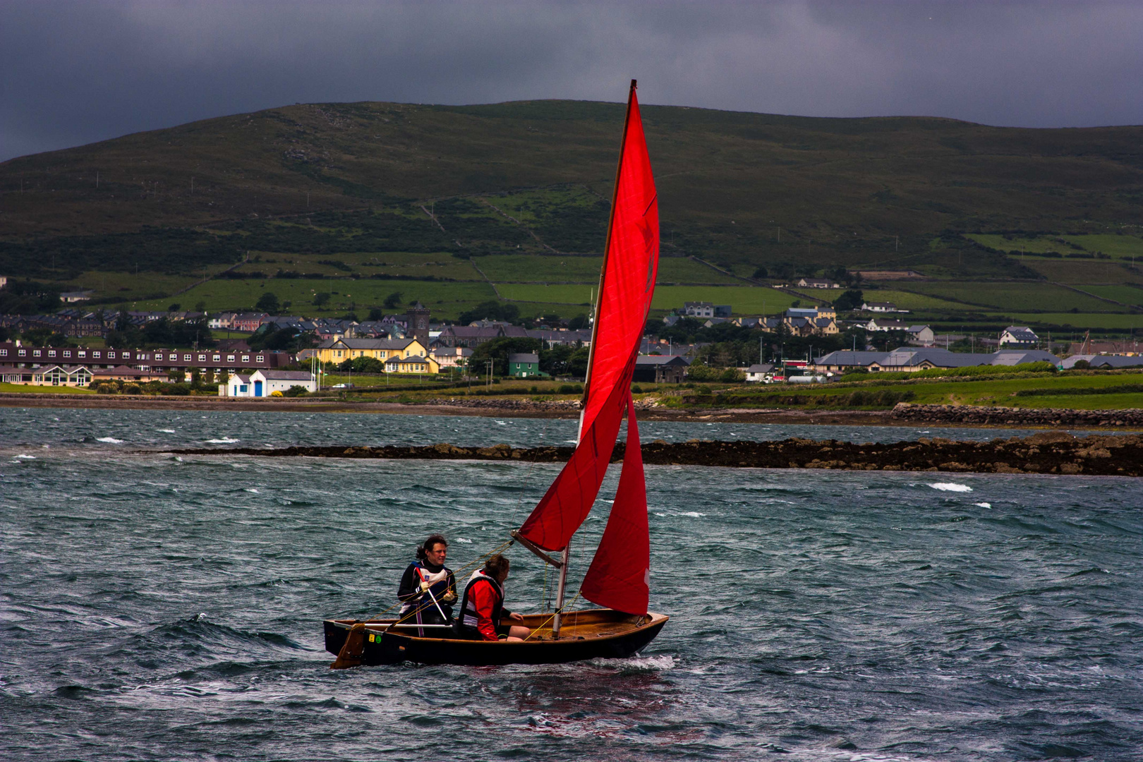 Rotes Segel in Dingle Harbour