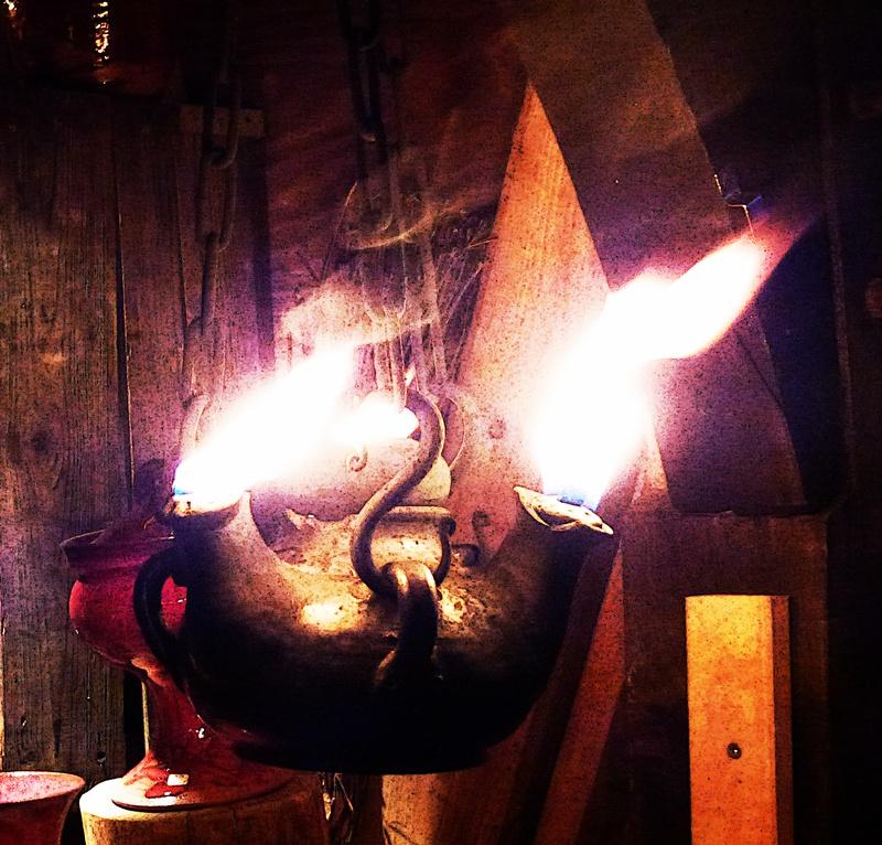 Rotes Steingut-Geschirr mit Flamme