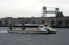 Rotterdam: Express-Katamaranfähre mit Hubbrücke...