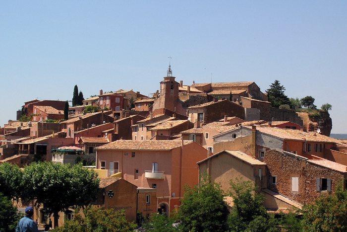 Roussillon die Stadt der Ockerfelsen