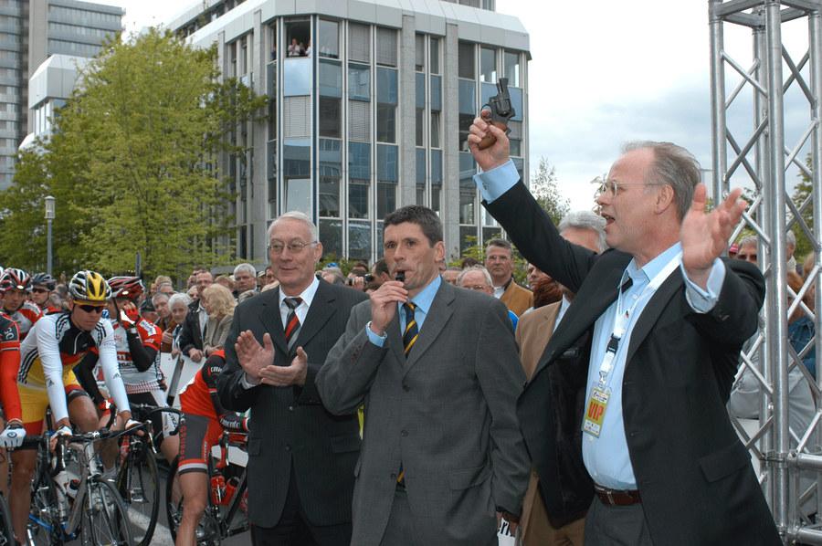 Rudolf Scharping und der Koblenzer OB Schulte-Wissermann beim Startschuß zur RLP-Rundfahrt