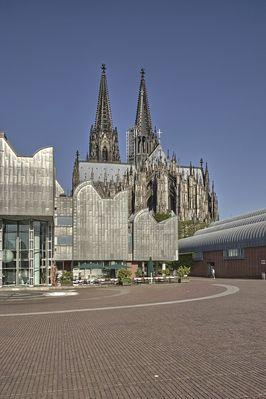 Rückseite des Doms mit Metallfassade des Museum Ludwigs