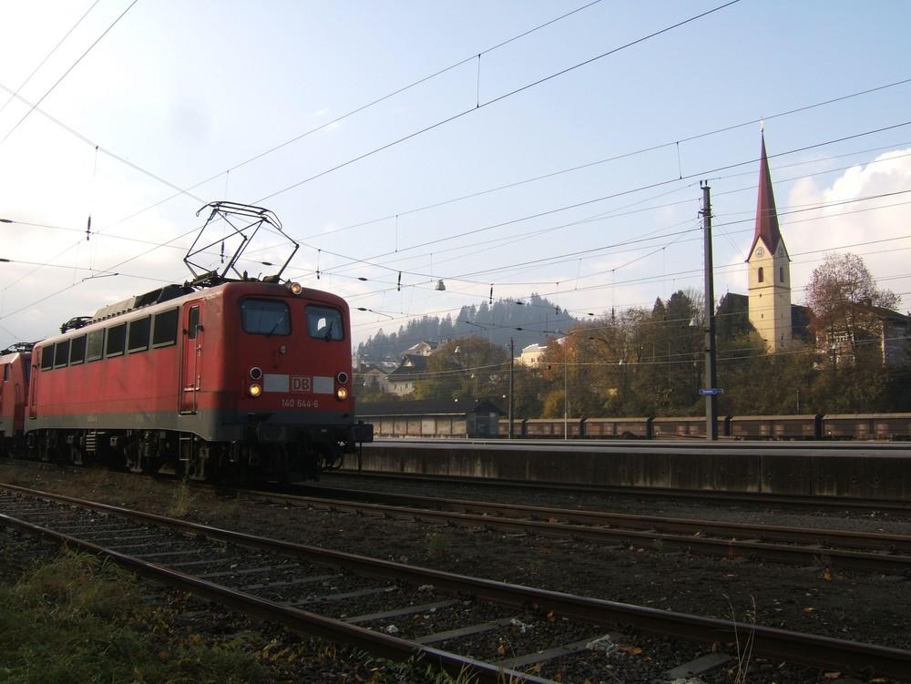 Rüstige Dame macht Urlaub in Österreich