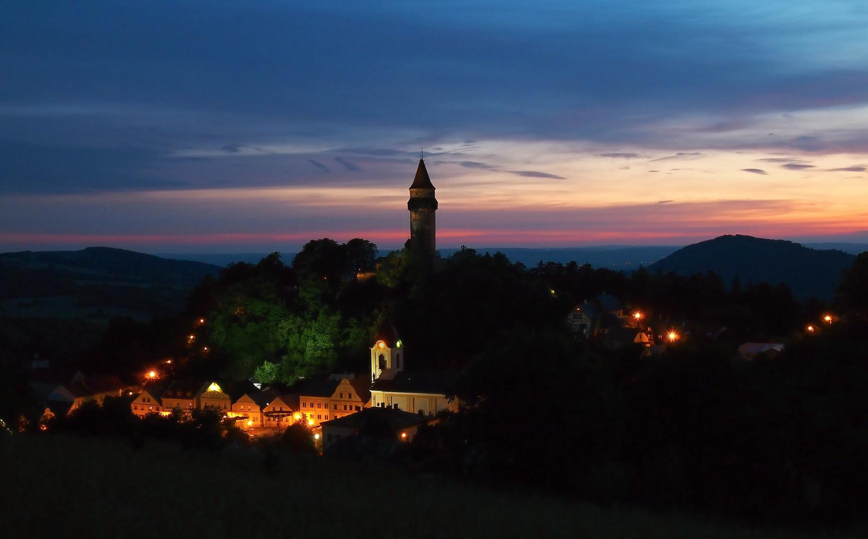 ruhige Stadt in der Abenddämmerung