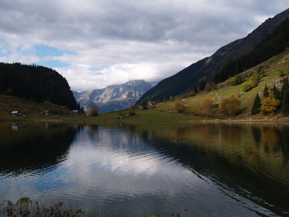 ruhiger Bergsee