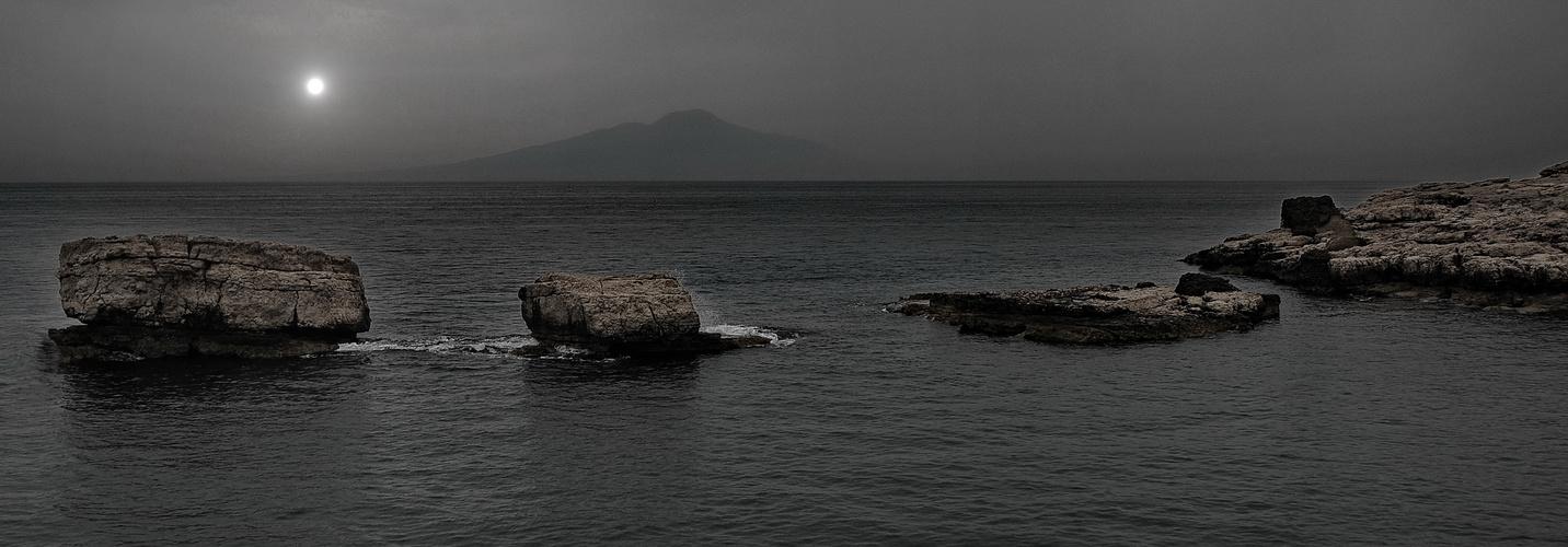 ruhiges meer mit vulkan