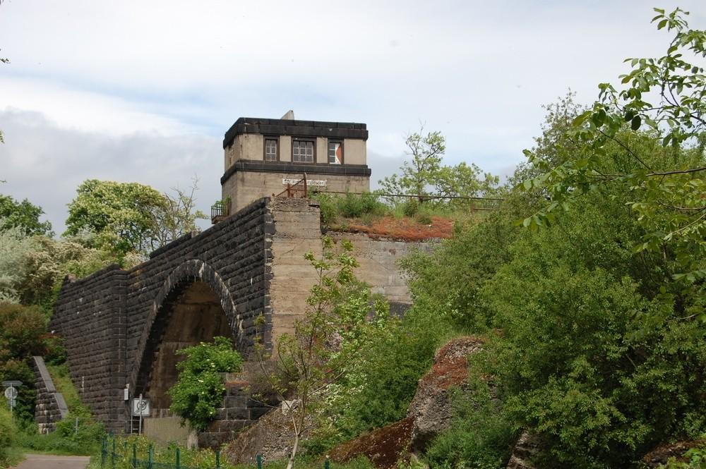 Ruine der Hindenburgbrücke in Rüdesheim