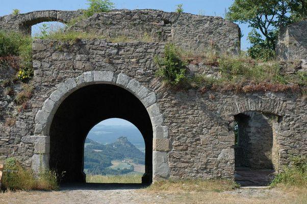 Ruine Hohenkrähen von der Ruine Hohentwiel
