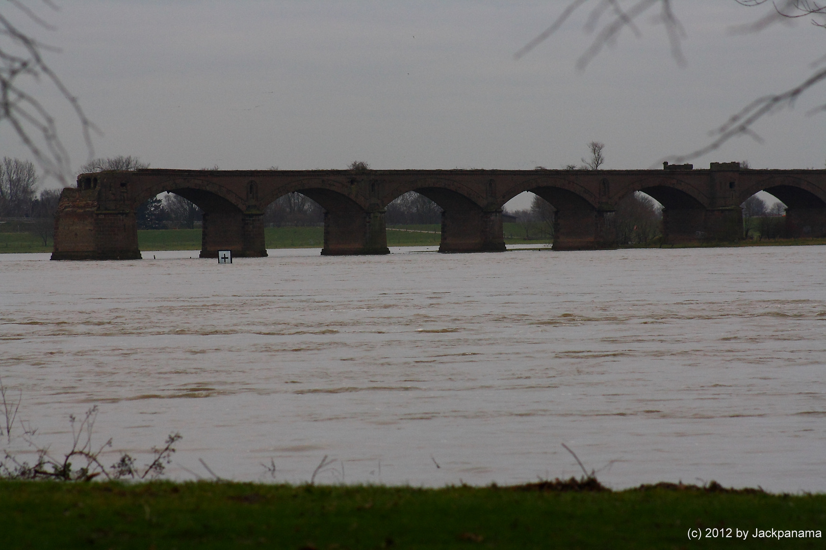 Ruinen der alten Eisenbahnbrücke bei Rhein-Kilometer 815