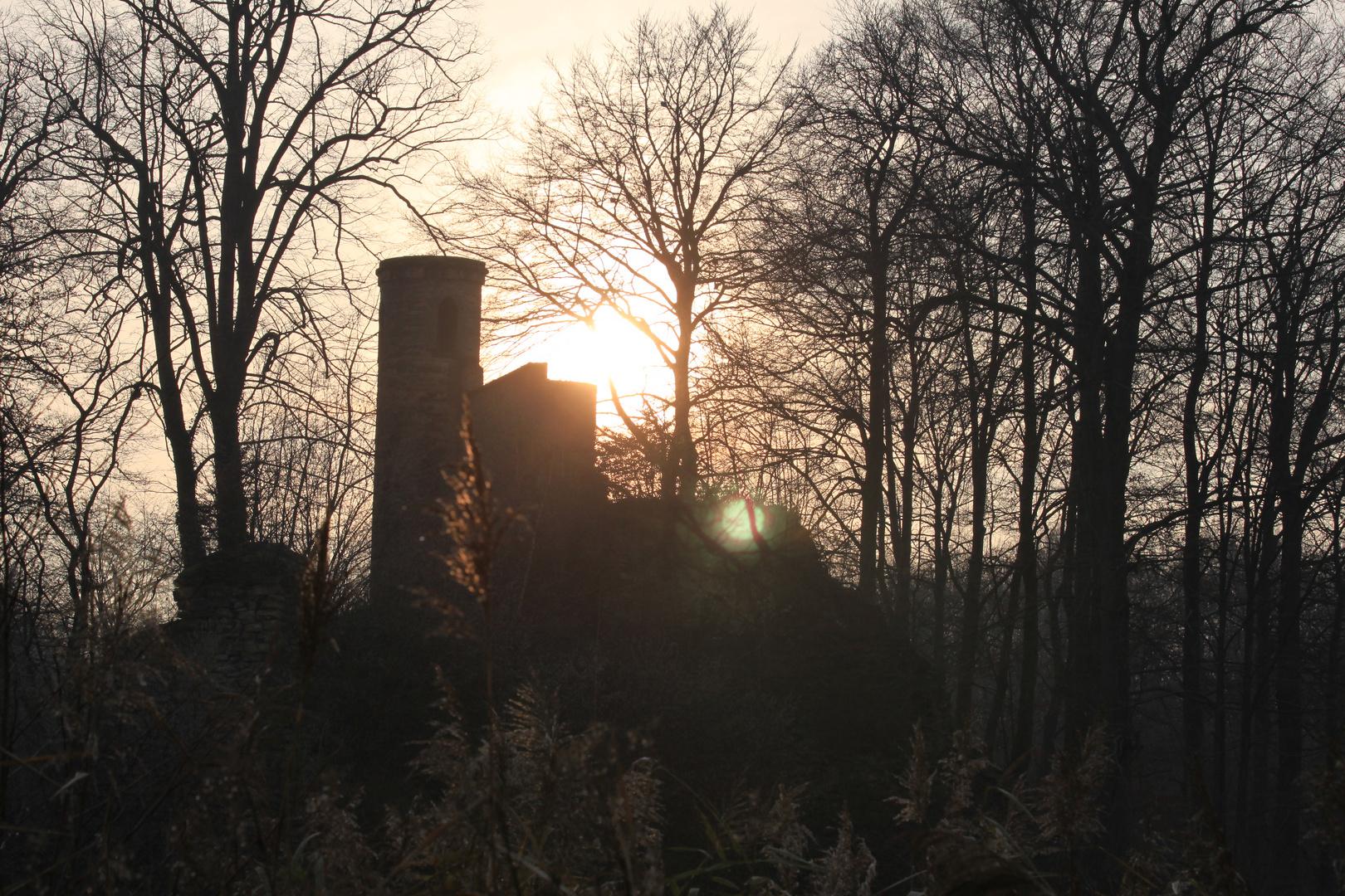 Ruineninsel im Licht der untergehenden Sonne