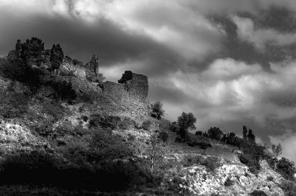 Ruines du Château de Coustaussa dans l'Aude