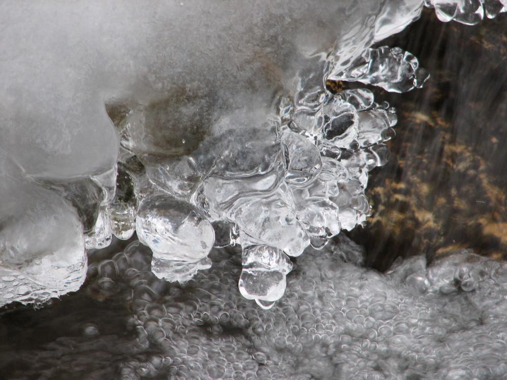 Runde Formen in Wasser und Eis