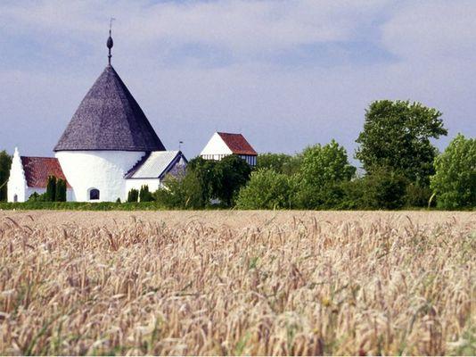 Rundkirche im Getreidefeld