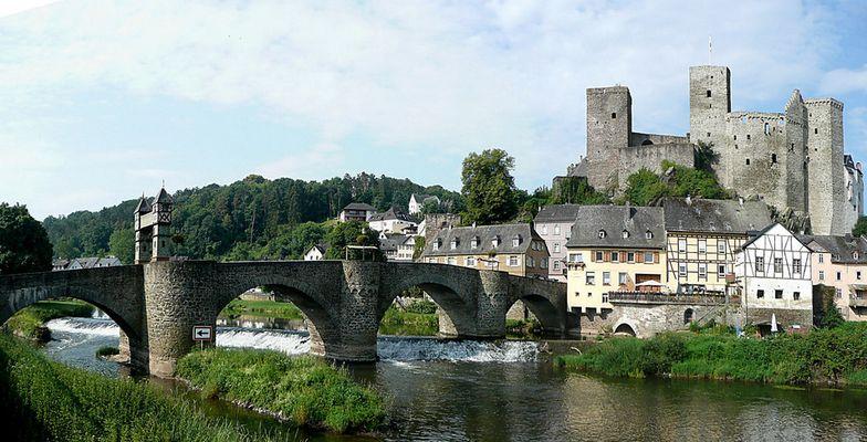 Runkel an der Lahn mit mittelalterlicher Burg (Panoramaaufnahme)