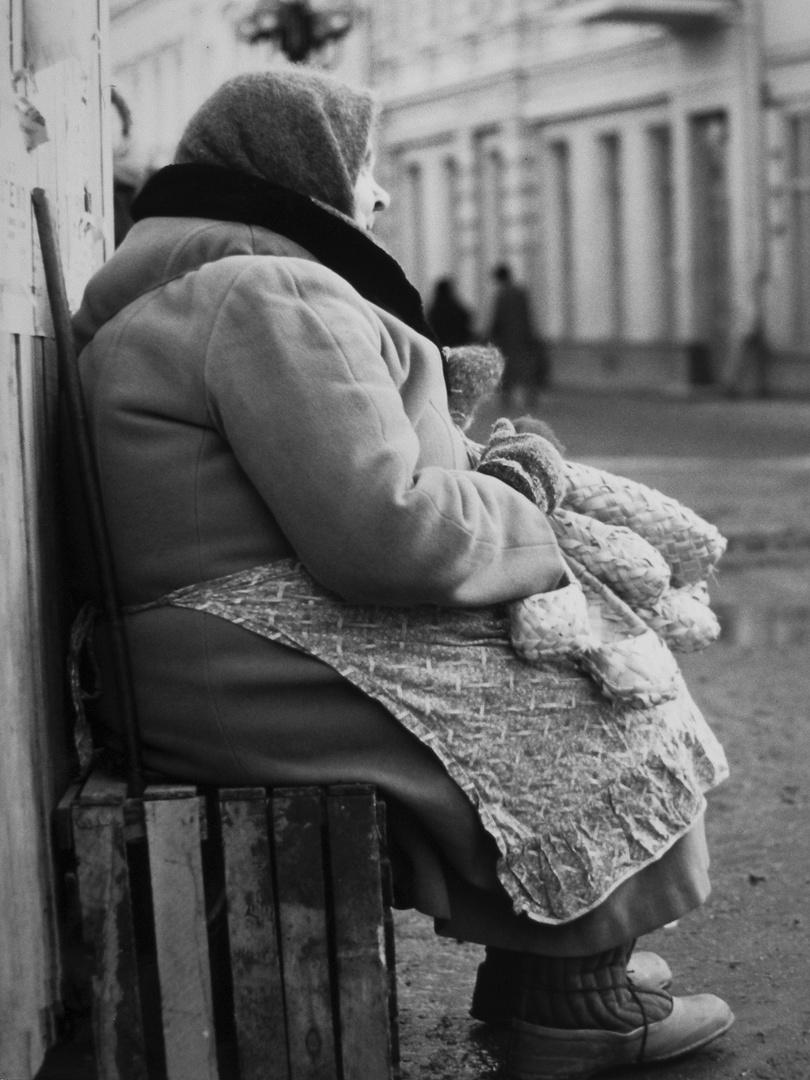 russische Straßenhändlerin auf dem alten Arbat in Moskau