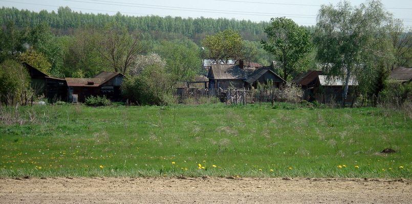 Russisches Dorf am Strassenrand