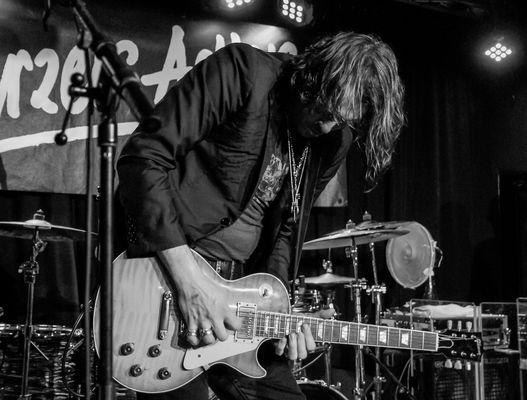 Ryan McGarvey an de Gitarre