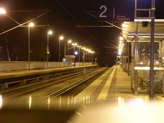 S-Bahn Haltestelle in der Nacht