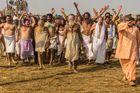 Saddhu-Orden auf dem Weg zum heiligen Bad auf der Kumbh Mela 2013