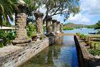 Säulen am Wasser