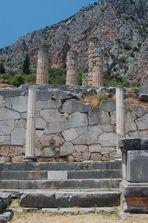 Säulen und Polygonalmauer