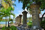 Säulen unter Palmen