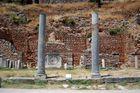 Säulen vor gemusterter Mauer