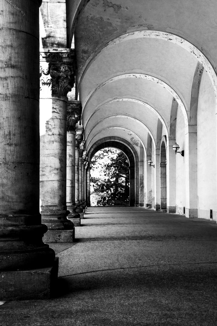 Säulengang am Leipziger Südfriedhof
