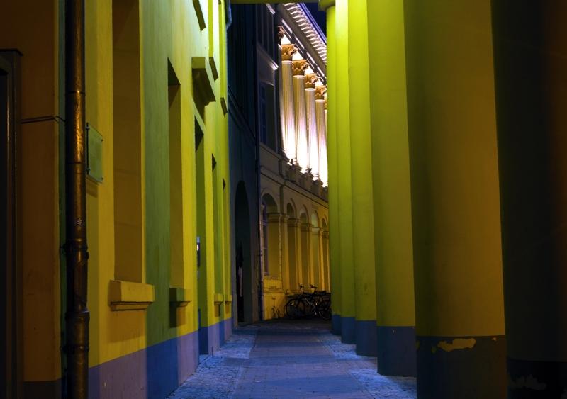 Säulengang Physikalische Fakultät bei Nacht