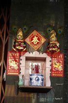 Saigon - ein Altar oder Reklame - an einer Hauswand entdeckt