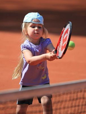 Saisoneröffnung beim Lembecker Tennisverein: Lilly ist hoch konzentriert